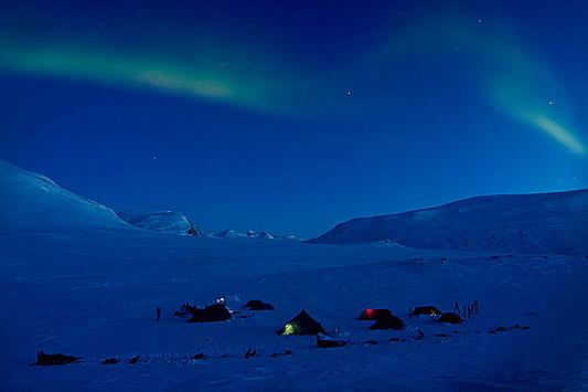 Norrsken över vår tältcamp i april i Sareks nationalpark.